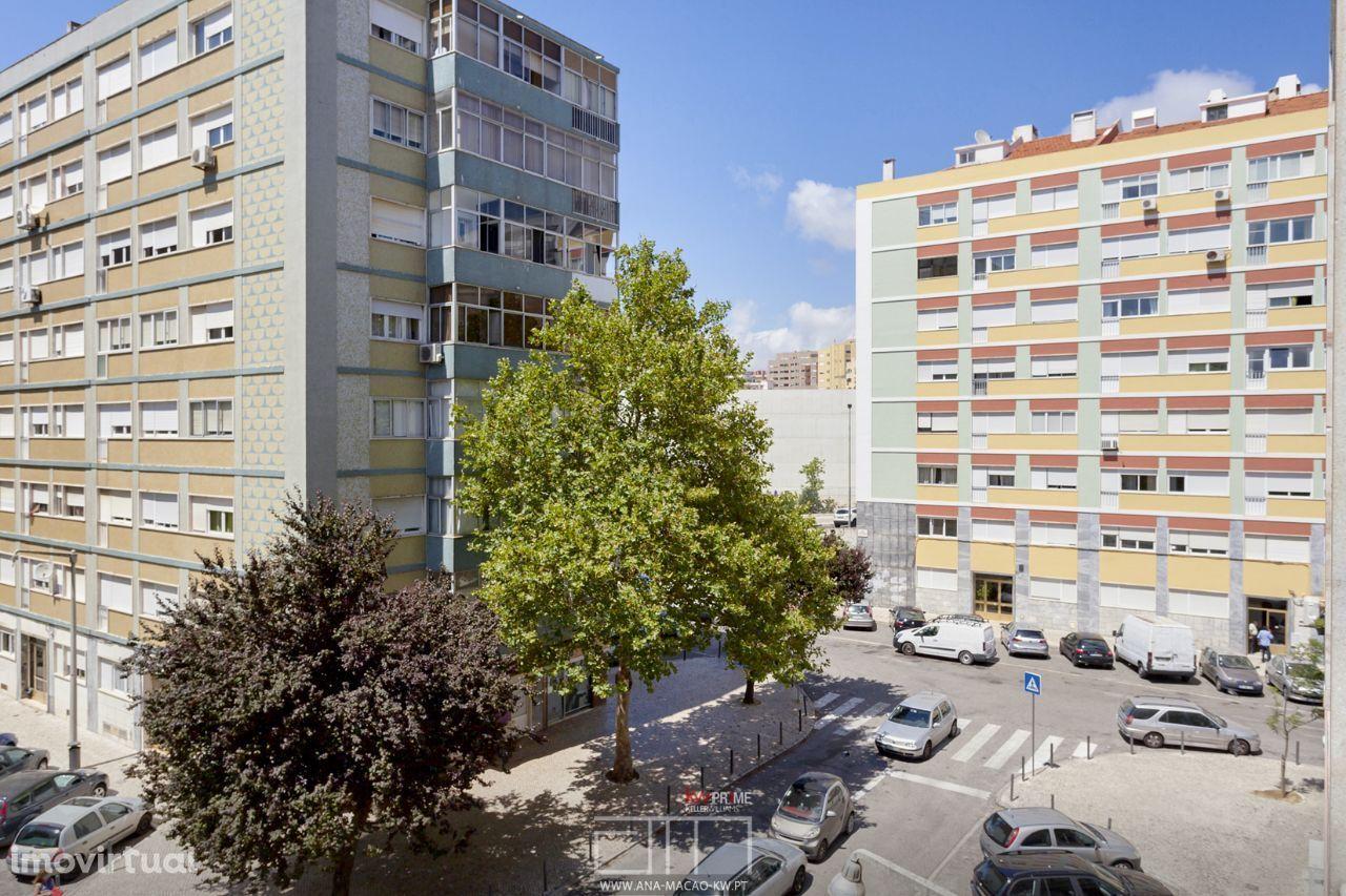 Em Lisboa, Carnide, Apartamento T3 junto à Estrada da Luz
