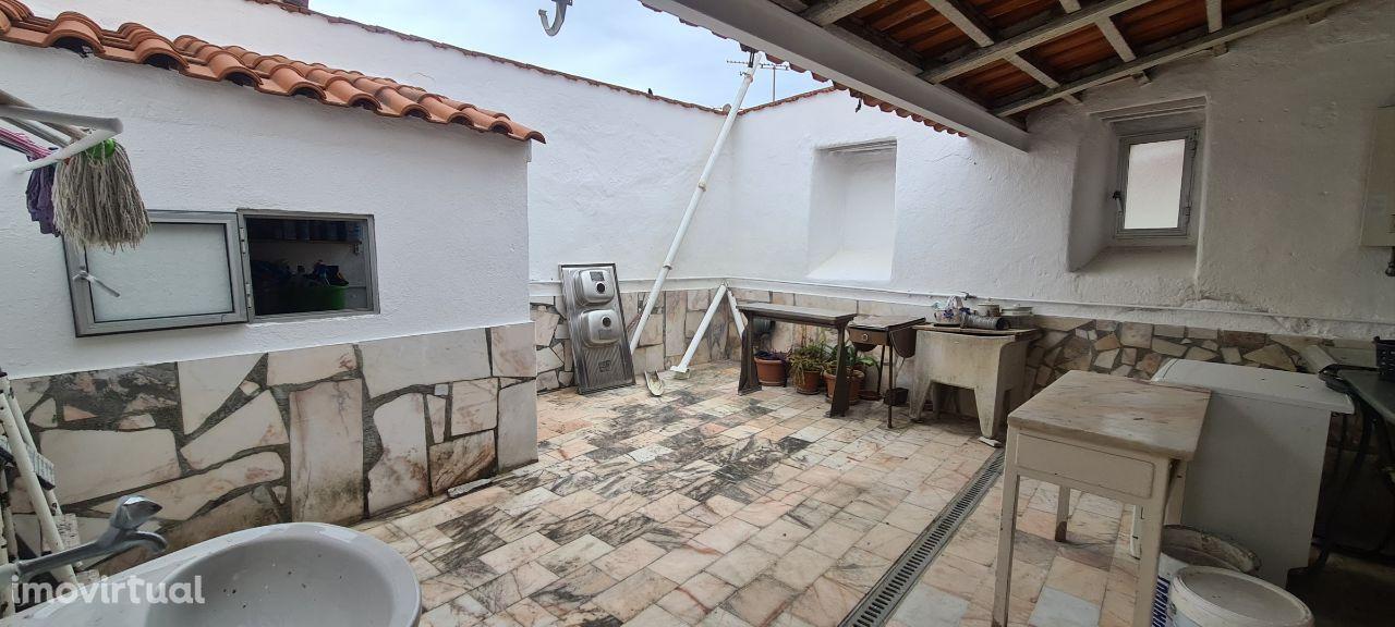 Edificio/Moradia de 2 andar com páteo interior!