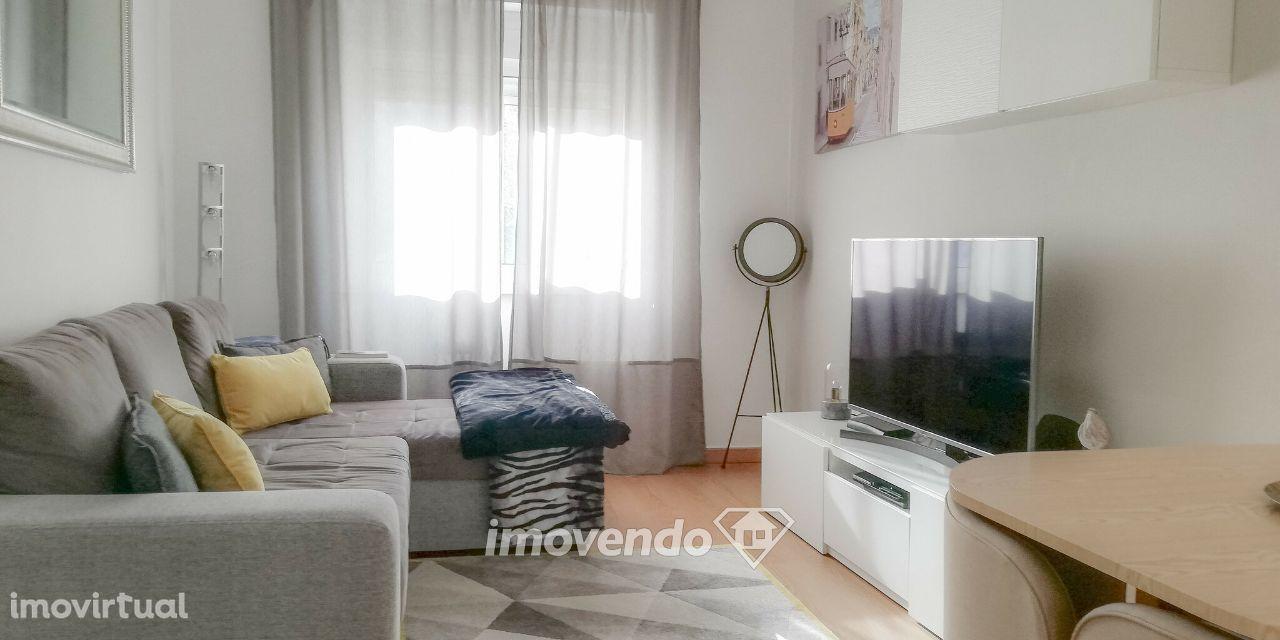 Apartamento T2, remodelado e com áreas generosas, em Benfica