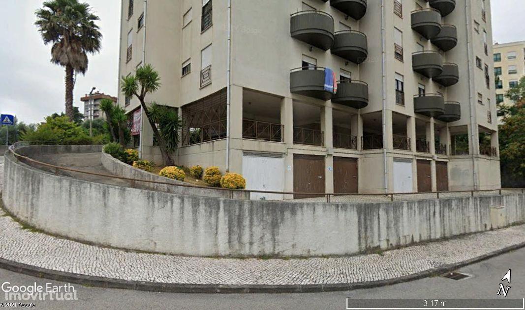 Parqueamento coberto privativo para 9 automóveis
