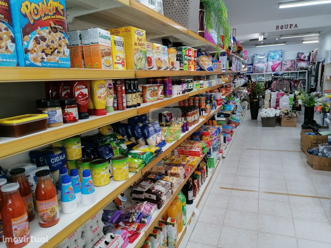 Loja para comércio, com montra para rua, no rés do chão, em Coimbrões