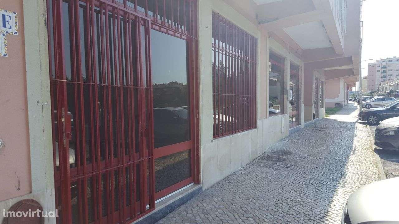 Loja para arrendar, Rua Vasco Santana - Bairro São Carlos, Algueirão-Mem Martins - Foto 1
