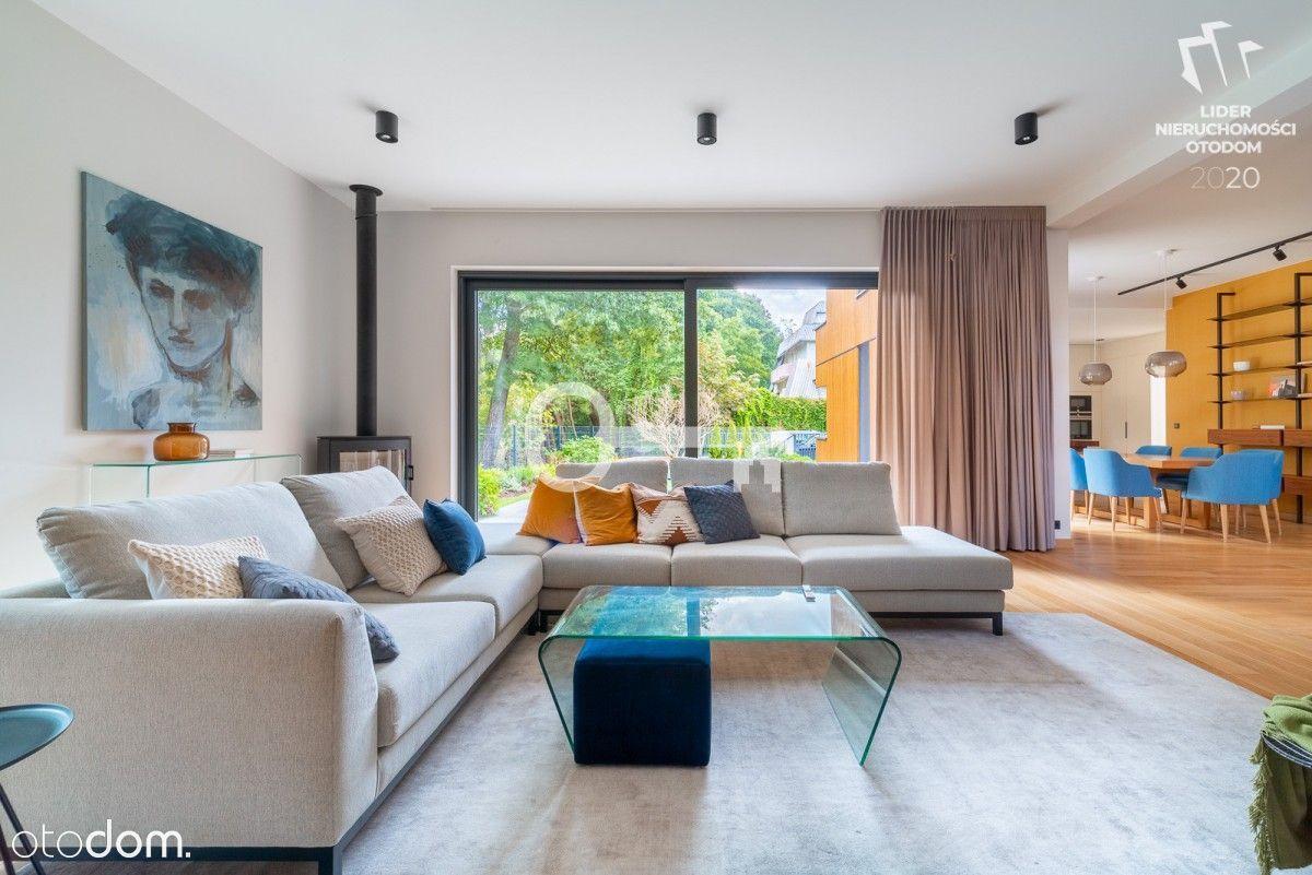 Modernistyczny, nowoczesny dom z płaskim dachem
