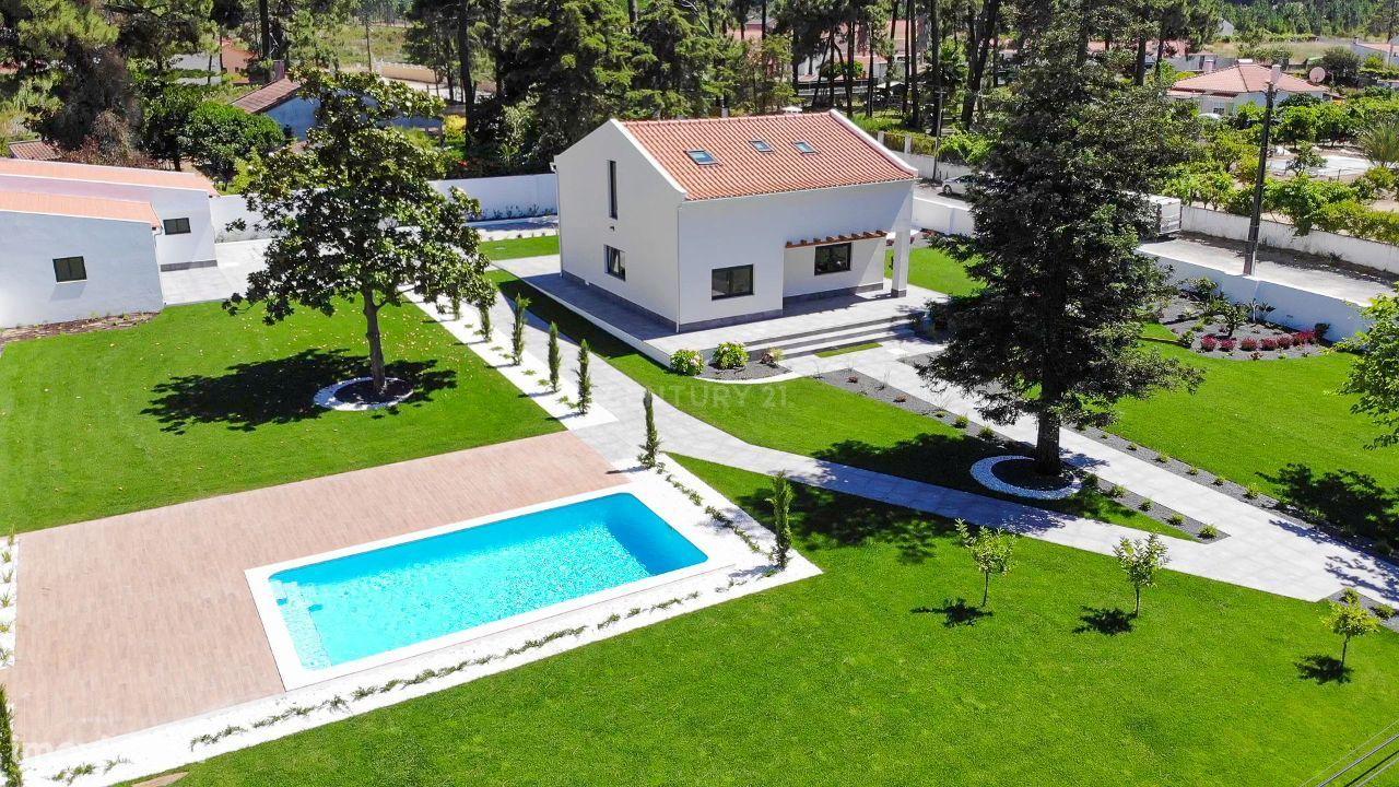 Moradia Isolada de Charme T4 com piscina, lote 2022 m2 em Fernão Ferro