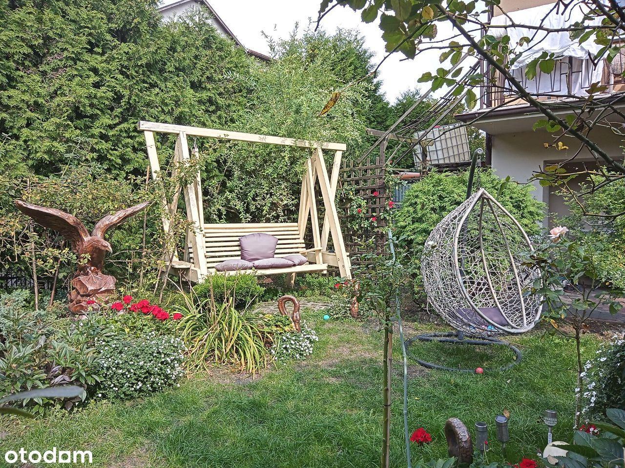 Dom szeregowy do remontu z zadbanym ogrodem.