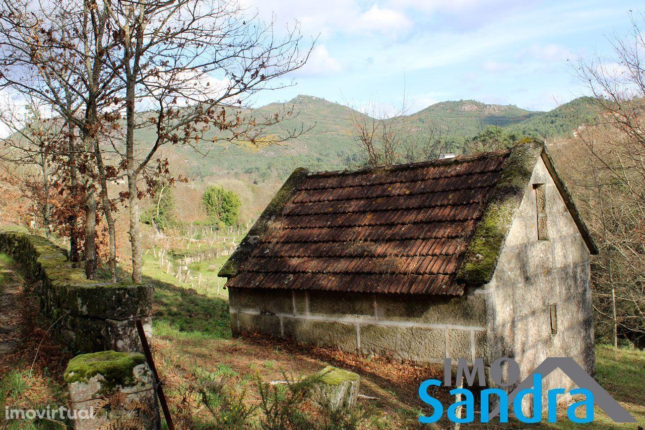 Casa em pedra de perpianho inserida em terreno com 3090m2 (2 artigos)