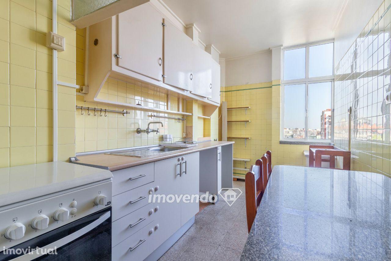 Apartamento T2, pronto a habitar e servido por transportes, na Buraca