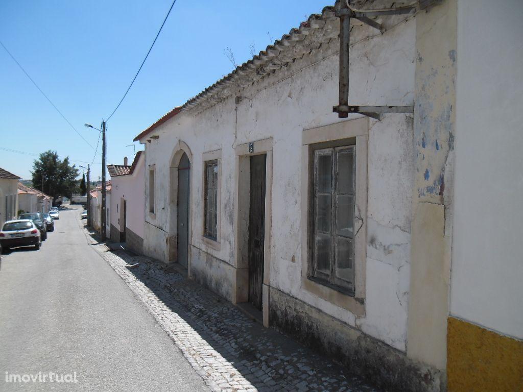 Casa térrea e quintal em Alcanhões - Santarém.