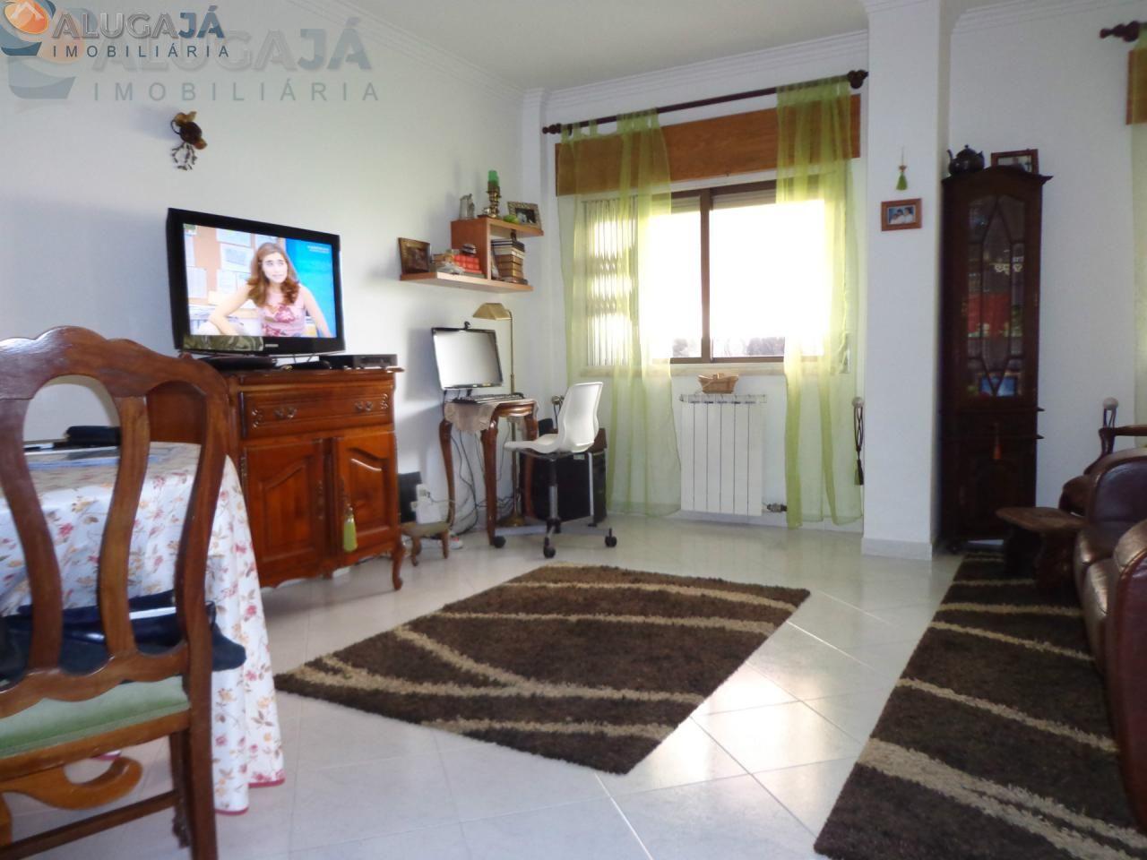 São Marcos - Apartamento T2 no início da urbanização com arrecadação.