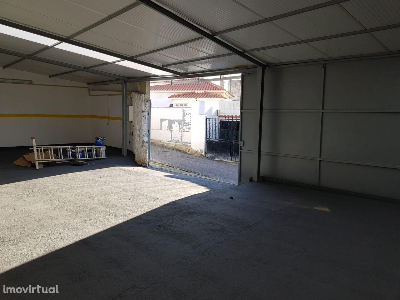 Armazém para arrendar com eletricidade e água em Agualva , Sintra