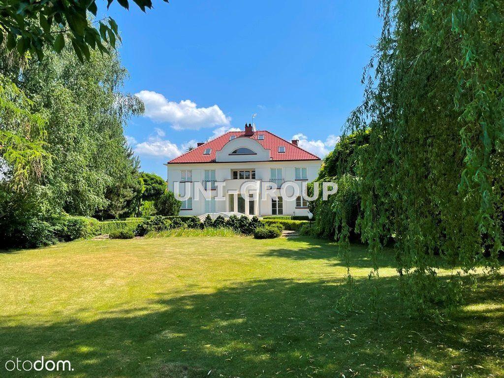 Dom z pięknym ogrodem i basenem.