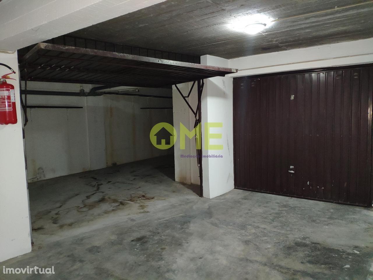 Garagem fechada, situada na Avenida Dom Nuno Álvares Pereira
