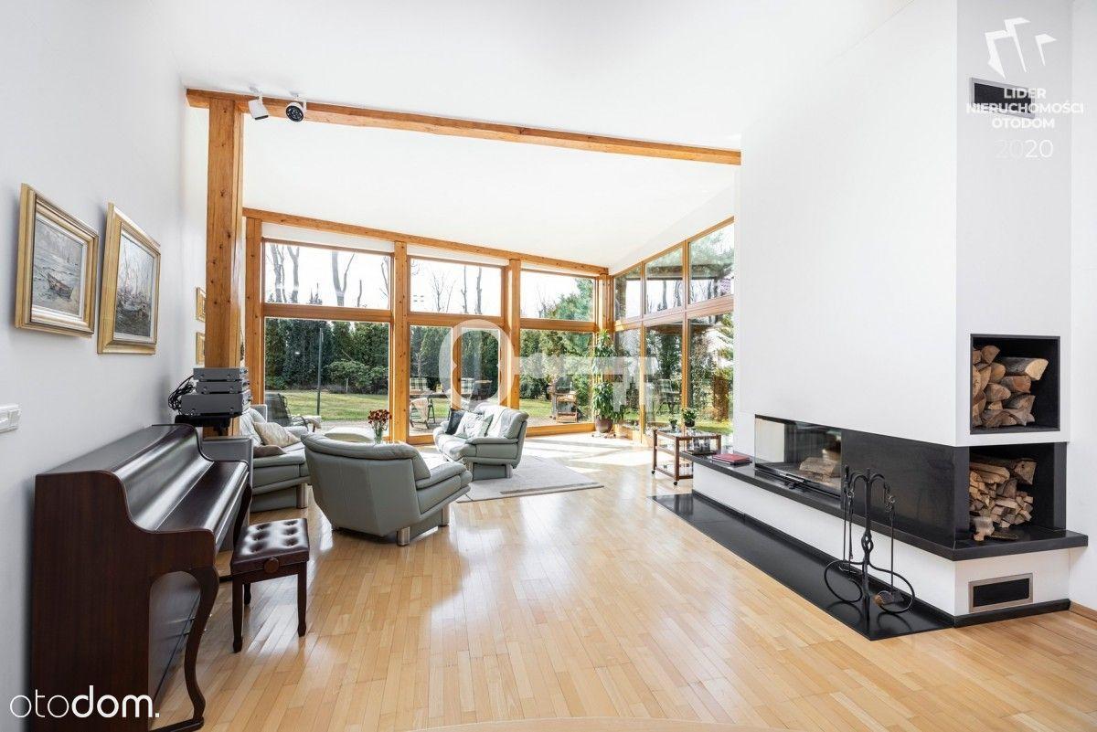 Modernistyczny, przestronny dom otoczony ogrodem