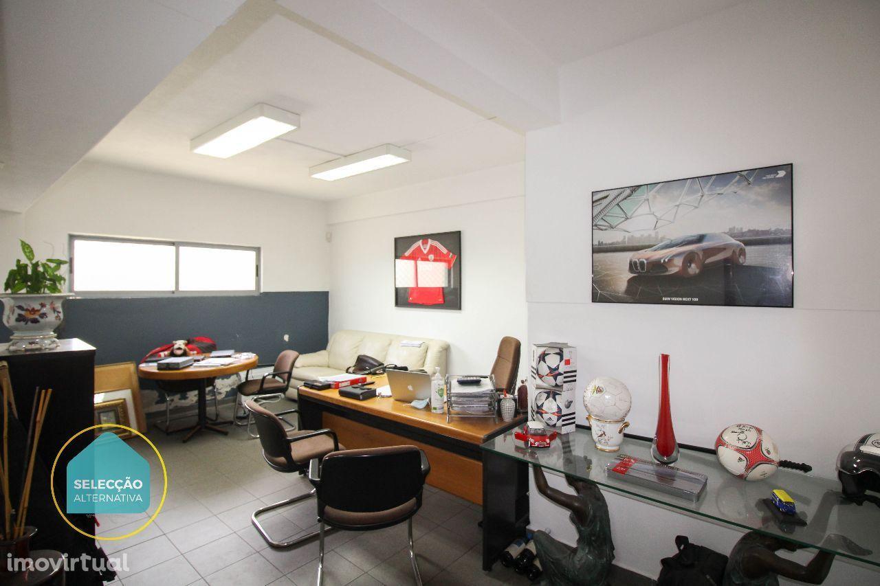 Espaço para garagem com bom escritório