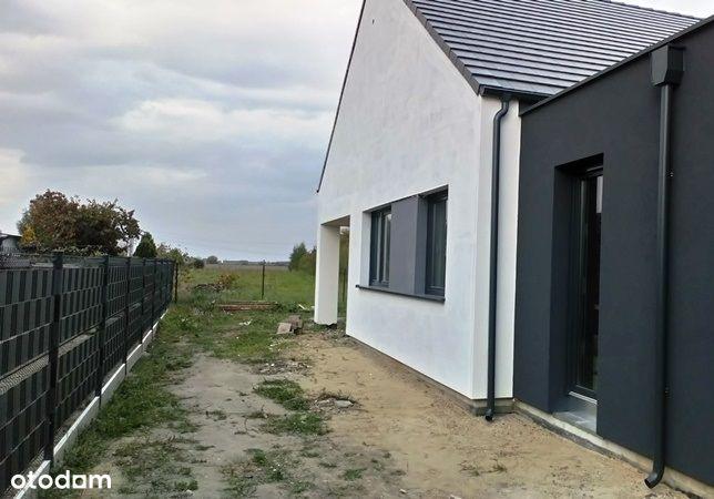 Dom parterowy: strych, ogródek, garaż lub pokój.