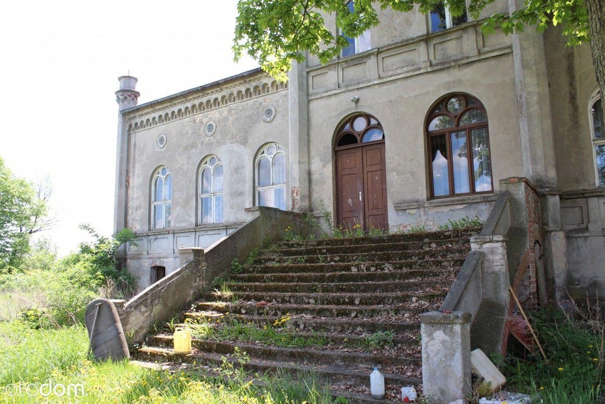 Pałac z budynkami gospodarczymi