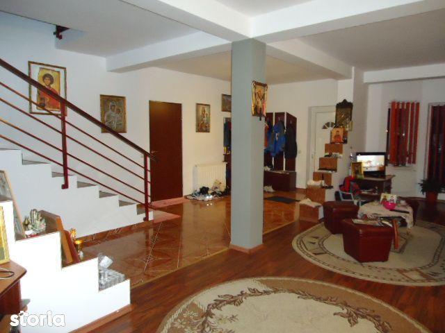 Casă / Vilă cu 5 camere de vânzare in Floresti