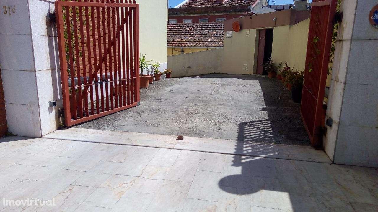 Garagem para arrendar, Rua de Sapadores, São Vicente - Foto 1