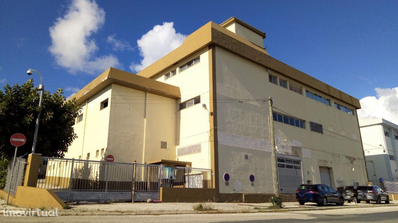 Prédio Venda Alfragide | 3.967 m2 | Serviços + Armazém