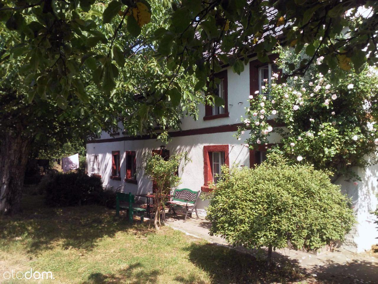 Siedlisko z dużym domem i kamienną stodołą