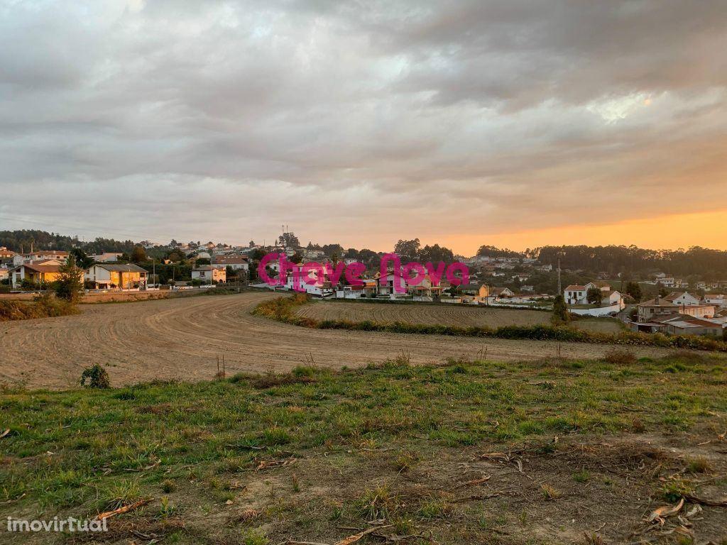 Terreno para espaço comercial ou moradias em Mosteirô