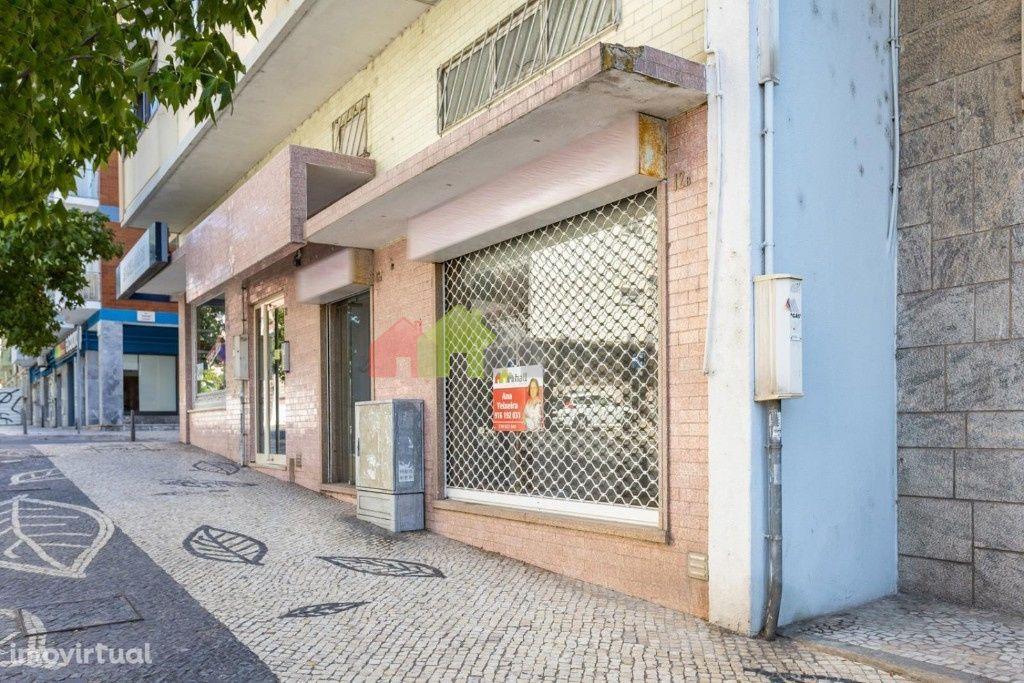 Loja na Av. Alfredo da Silva no Barreiro com 2 pisos