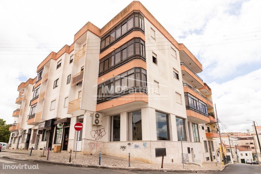 Loja ampla com 180m2, bem localizada perto SMAS e Bombeiros BVAC.