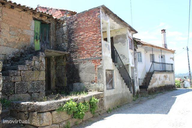 Quatro casas de habitação com anexos para recuperar e quintal, Tábua
