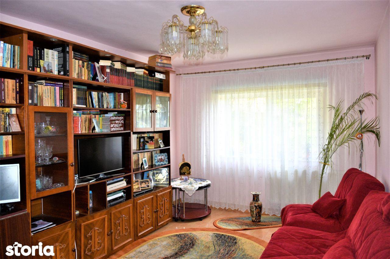 apartament 3 camere decomandat parter inalt