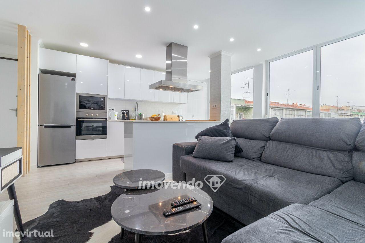 Apartamento T2, remodelado e com cozinha equipada, em Linda-a-Velha