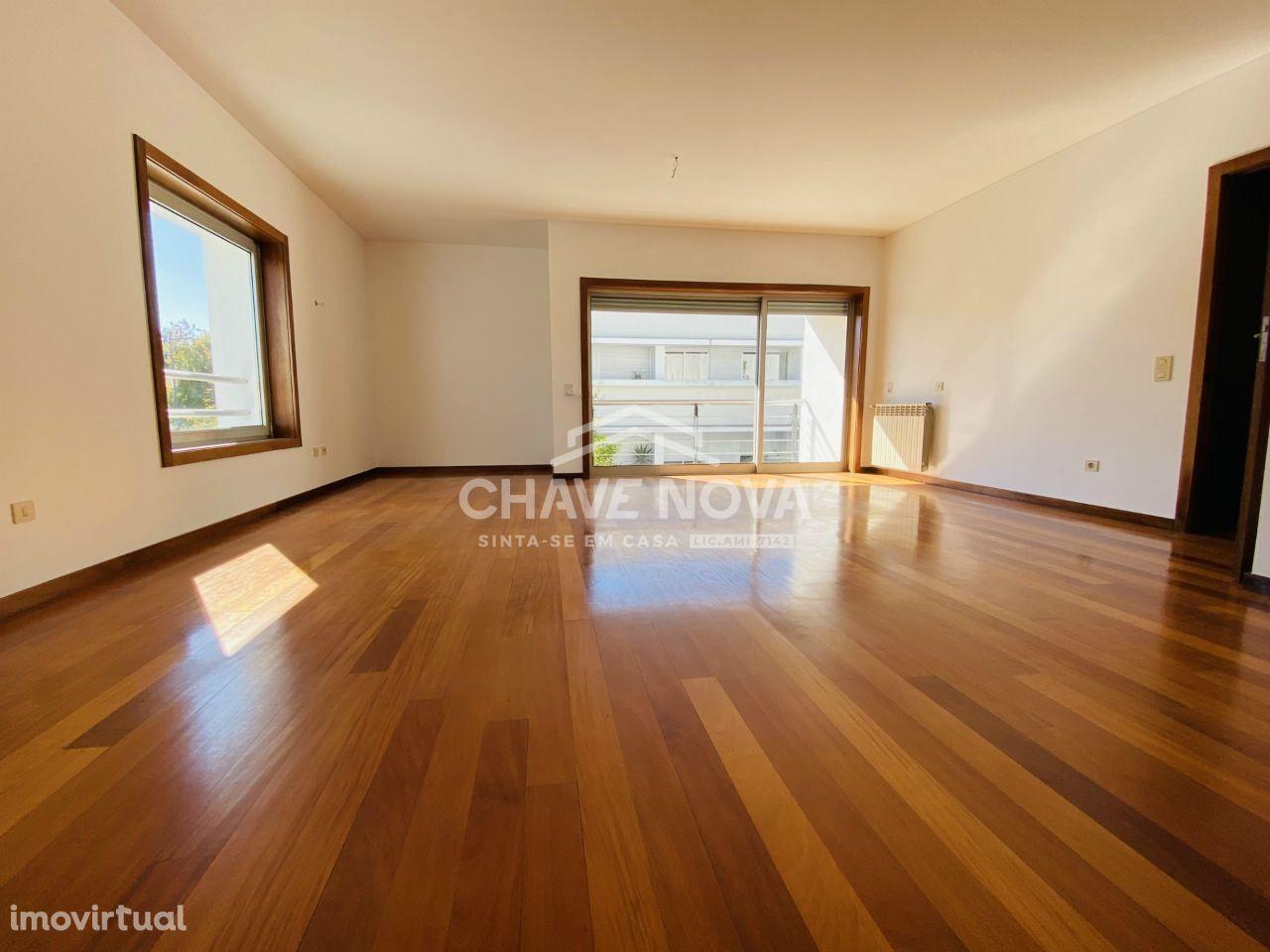 Apartamento T4 Duplex c/ garagem box em Milheirós, Maia