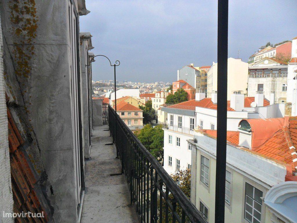 T2 Renovado e com varanda e vista de cidade