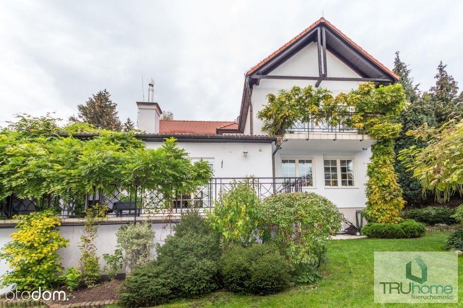 Dom przy Kopcu Kościuszki z widokiem na Tatry