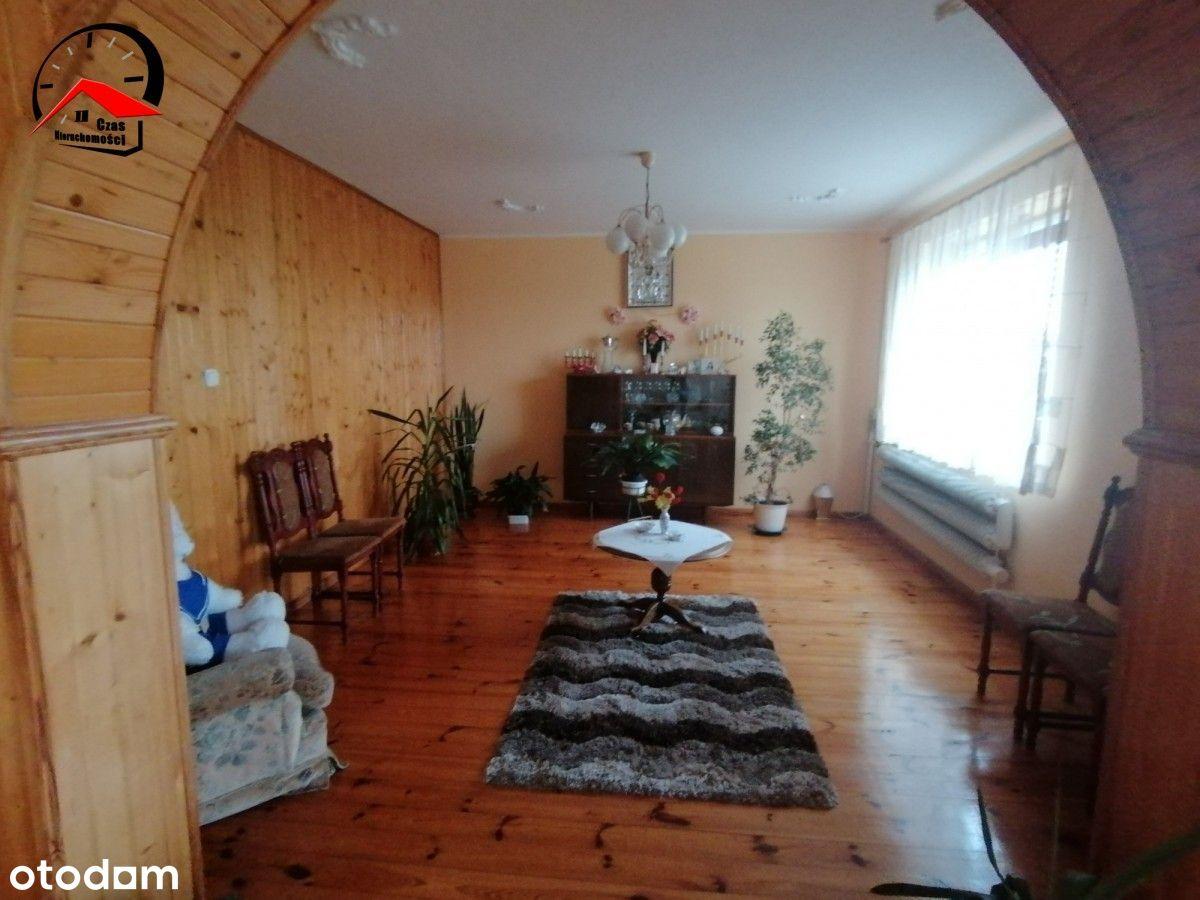 Dom w niedalekiej odległości jezioro i Licheń