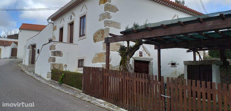 Moradia rústica em pedra, situada no Parque Natural da Serra de Aire.