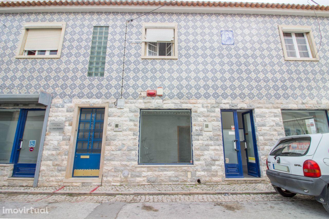 Prédio - 6 salas -2 escritórios-armazém-garagem e 1 loja-Cartaxo