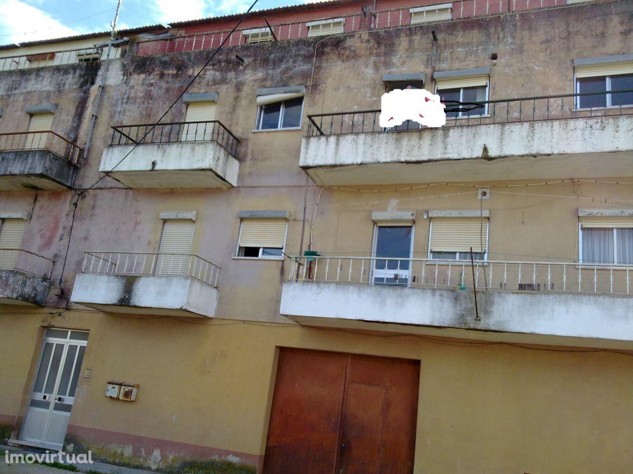 Prédio no centro de Coruche, composto por 6 apartamentos T2 e Armazens