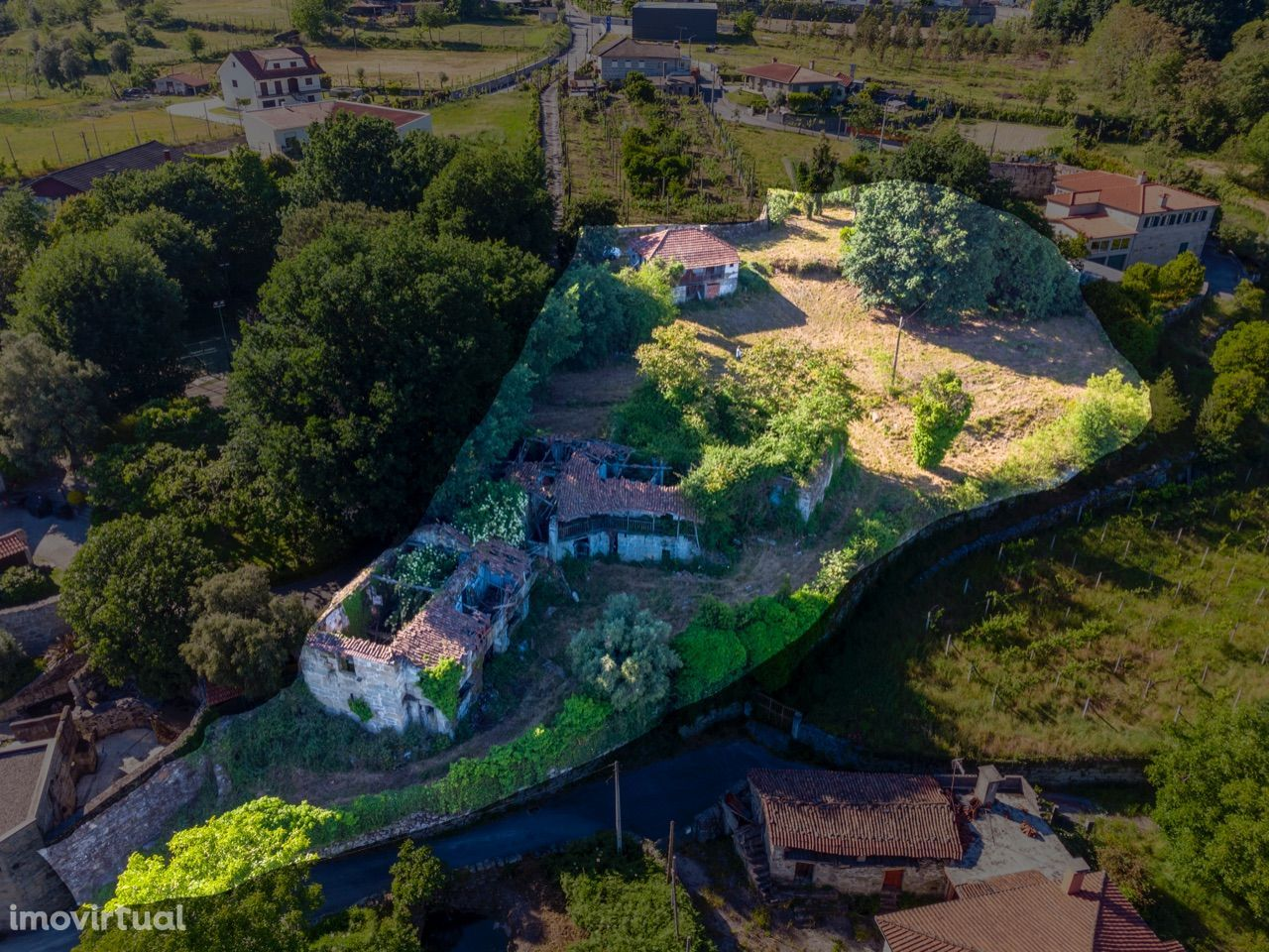 Quinta com duas casas, poço e mina