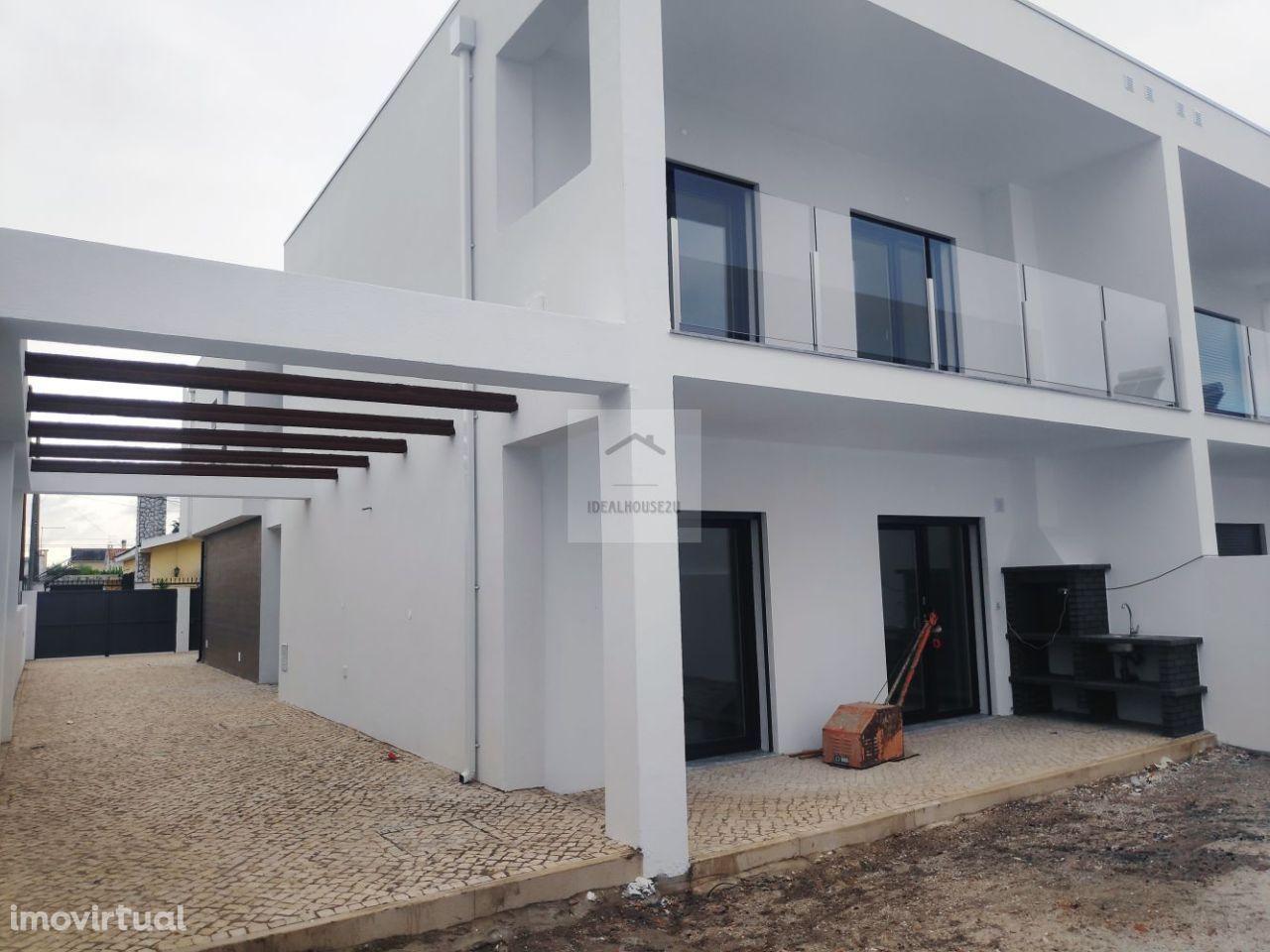 Moradias T4 com Áreas generosas em Fernão Ferro com OFERTA DE ESRITURA