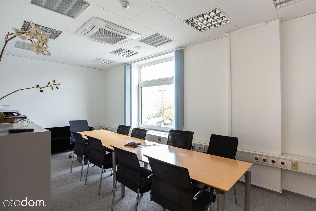 Jasne biuro na pierwszym piętrze biurowca