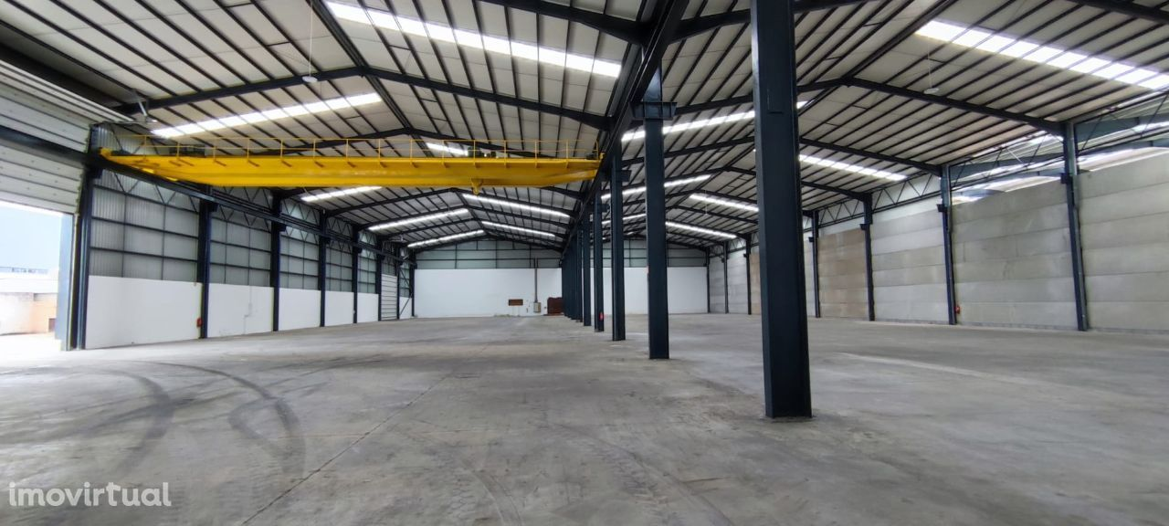 Armazém (3560m² cobertos) na Zona Industrial de Aveiro