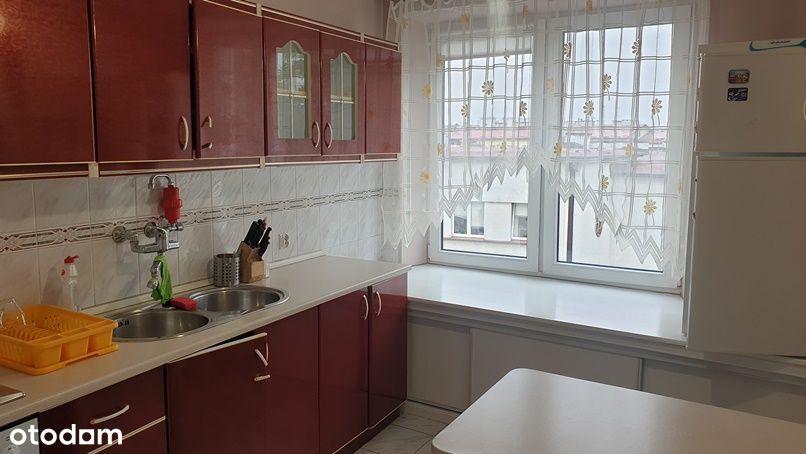 Mieszkanie 2 oddzoelne pokoje , jasna kuchnia .