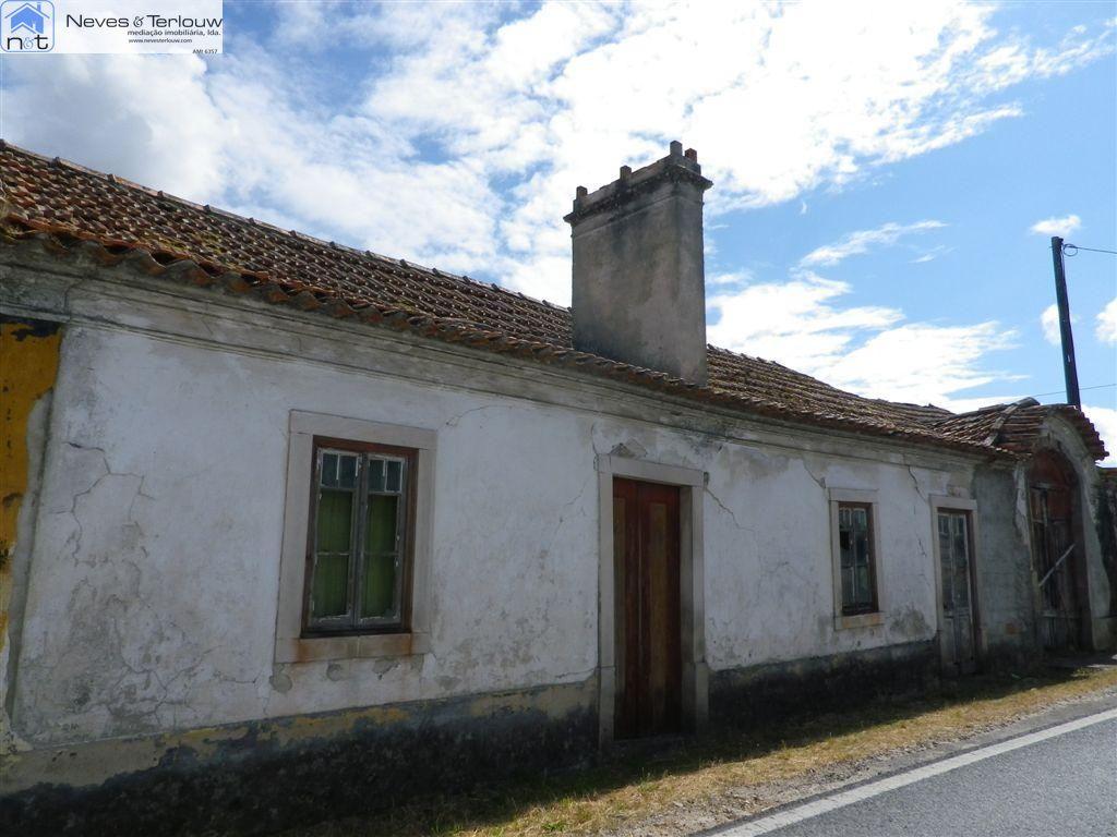 Casa de campo p/restauro, implantada em terreno c/+-700m2. MR-1448