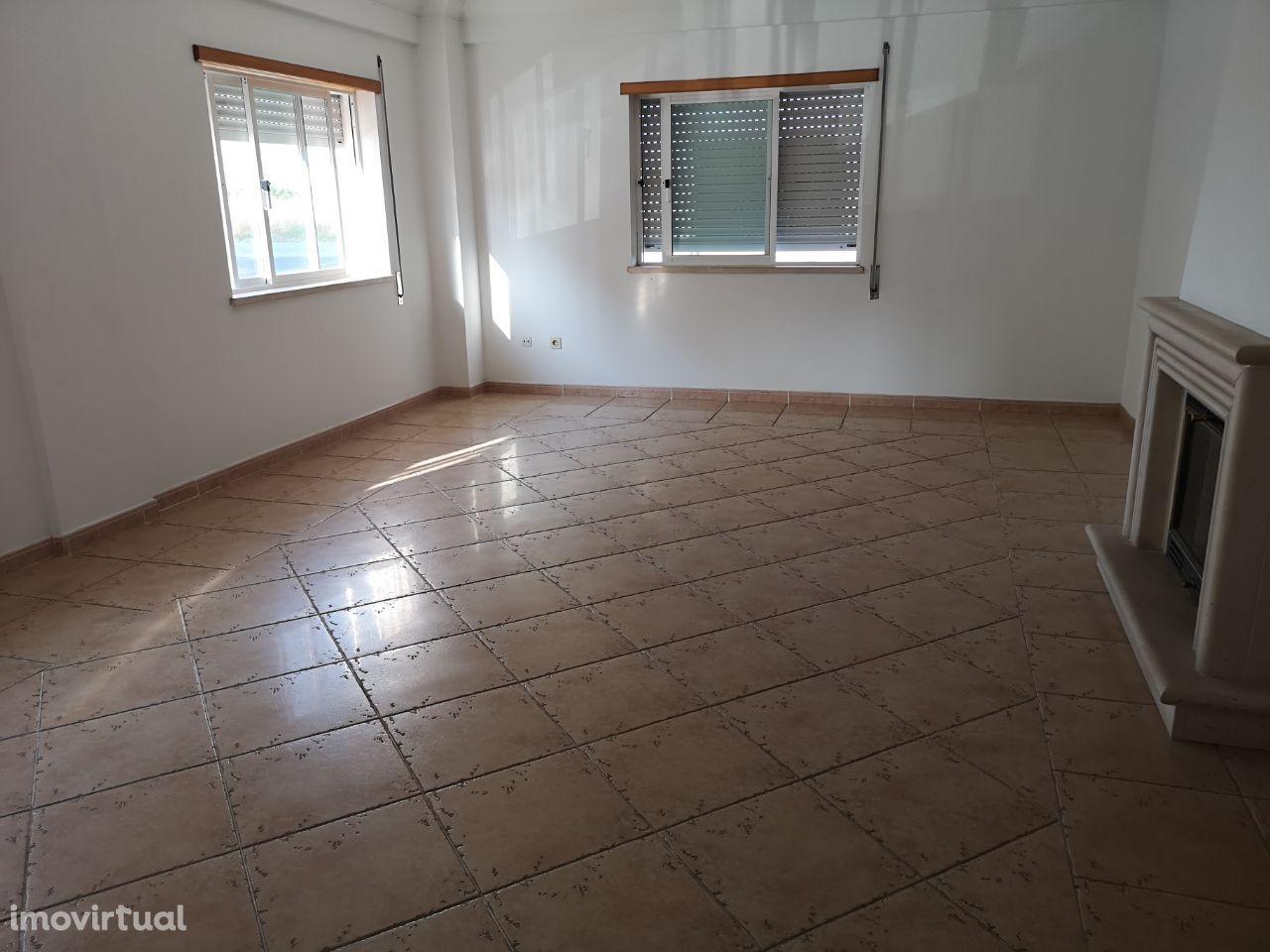 Excelente Apartamento T2 C/ Arrecadação e Parqueamento Montijo
