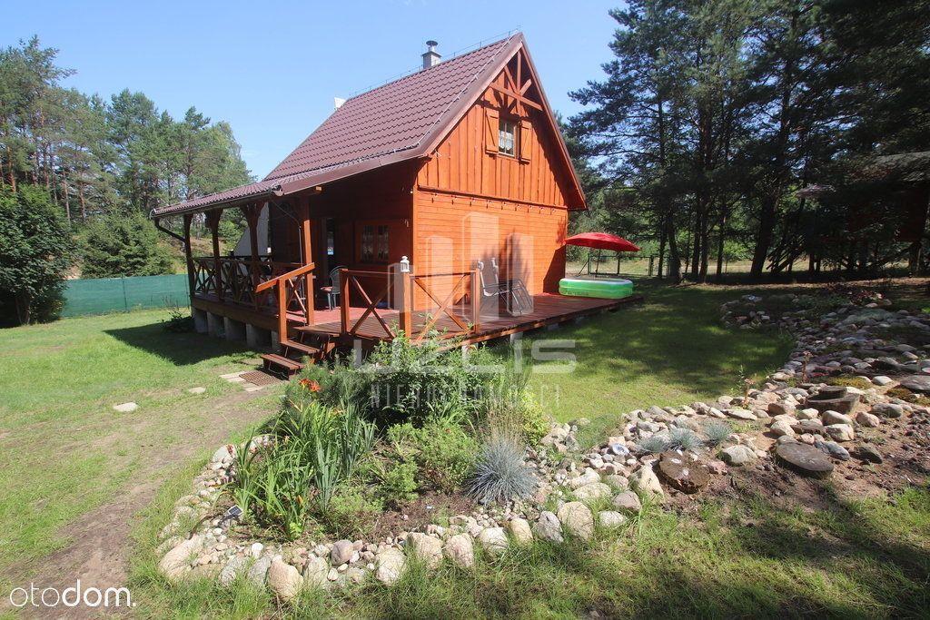 Drewniany domek dla całej rodziny pod lasem
