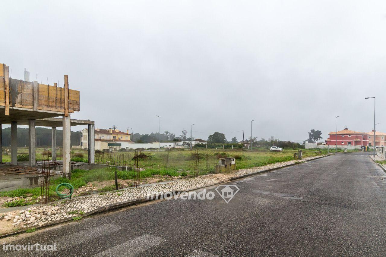 Terreno urbano com 180m2 para moradia em banda na Azambuja
