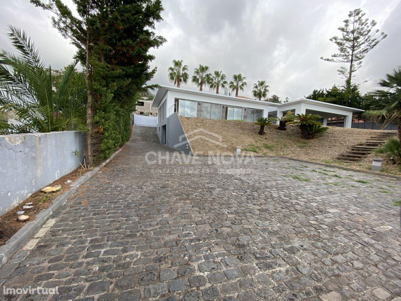 Moradia Isolada T4 em São Gonçalo (Funchal) C/ Piscina e vistas Mar