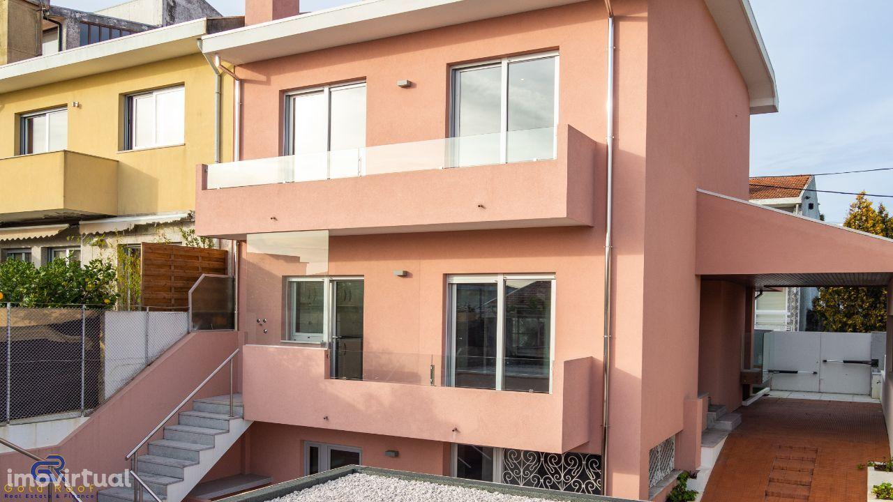 Moradia T4 com terraço, 3 frentes, Pedroso, Carvalhos