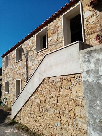 Casa em construcao em pedra para acabamento em aldeia