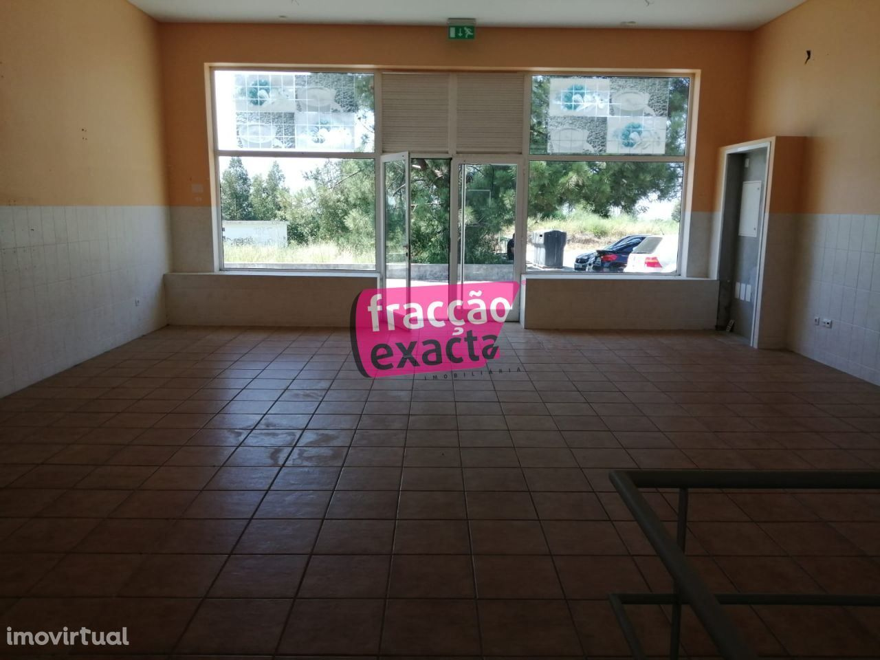 Loja com uma Área Total de 150 m2 (75 m2 / piso) Ref.21.6/087